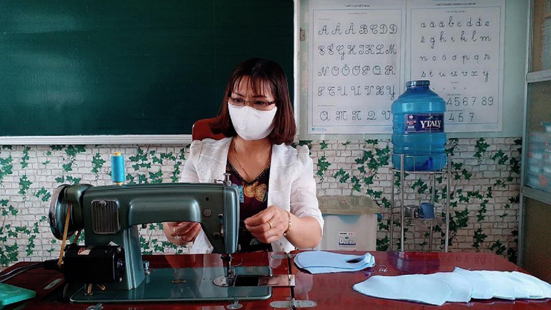 Lan tỏa phong trào giáo viên may khẩu trang tặng học sinh phòng dịch
